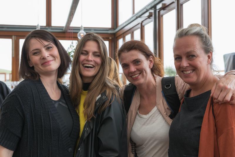 Aan het eind van de shoot nog even met het hele team op de foto. Van links naar rechts: ik, styliste Maartje, fotografe Brenda en visagiste Astrid.